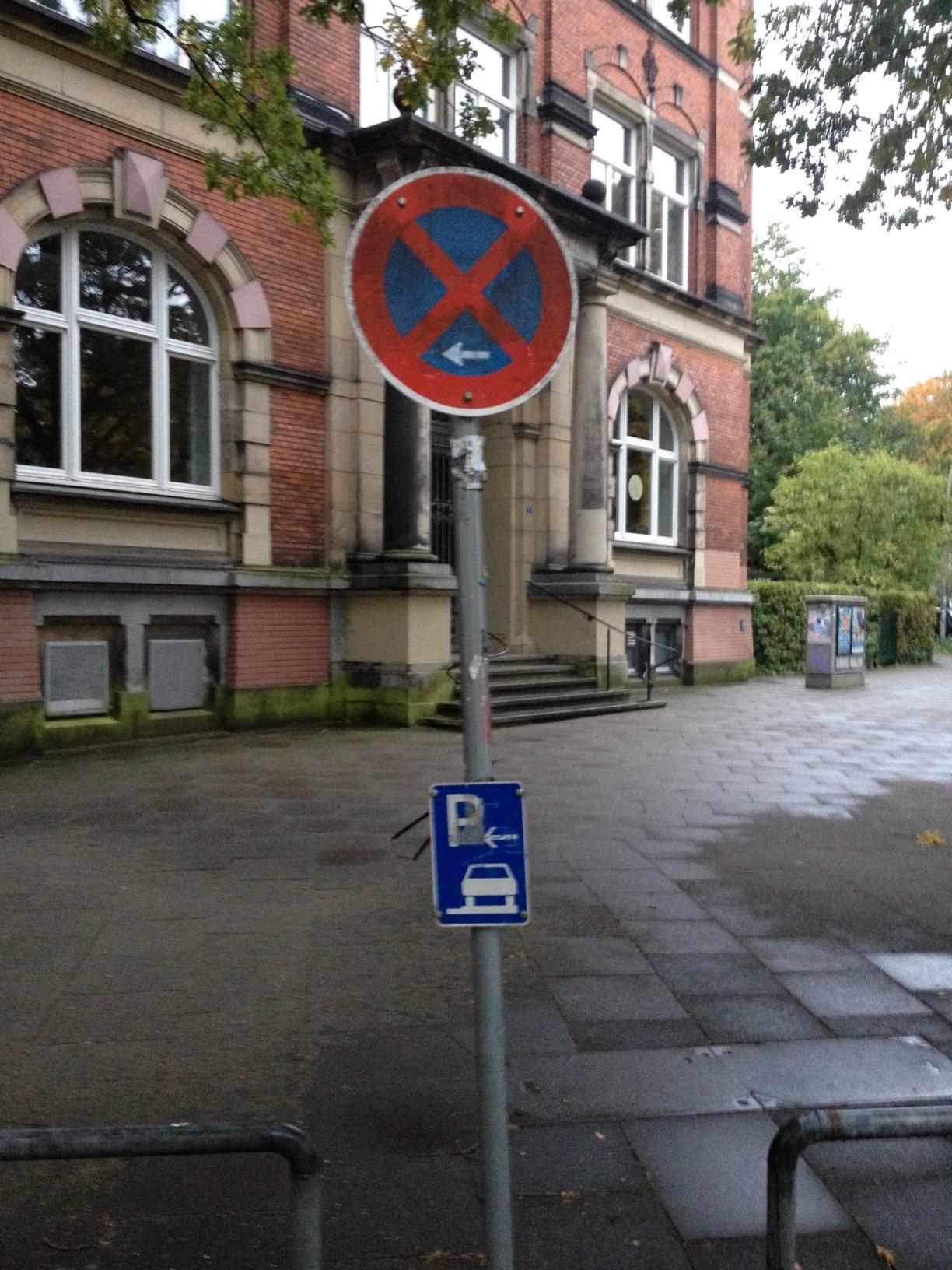 Handelt es sich hier in Ottensen etwa um eine besondere Kurzparkzone, in der nur der parken darf, dem es gelingt, dabei nicht gleichzeitig anzuhalten?