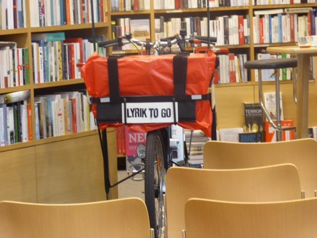Lyrik to go: Der Hamburger Dichter Andreas Greve liest nicht nur in Buchhandlungen, sondern auch am Elbstrand, auf dem Isemarkt und dem Altonaer Spritzenplatz. Immer dabei sein Lastenrad »Librette«.