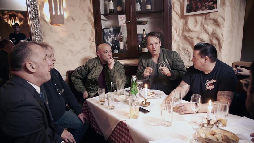 Straßengangs in Hamburg: Michel Ruge (Zweiter von rechts) hat für die ZEIT vier frühere Rivalen von einem Treffen überzeugt.