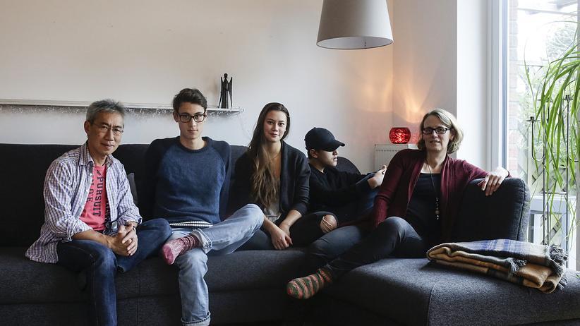 Integration: Eine Hamburger Familie: Vater Petrus Sie Too, Sohn Luca, Tochter Norina, Pflegesohn Kalil, Mutter Mechthild (von links)