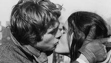 """Kussszene zwischen den Schauspielern Ali MacGraw and Ryan O'Neal in der Filmromanze """"Love Story"""""""