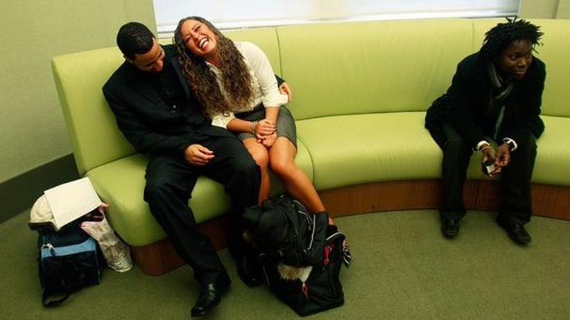 Flirt im Büro: Darf der Chef Liebe am Arbeitsplatz verbieten?