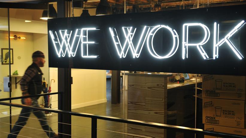 Ein Mann betritt das Coworking-Büro von WeWork in Washington.