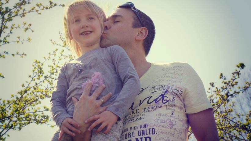 Väter heute wollen Anteil am Leben ihrer Kinder nehmen, aber sehen sich vielfach auch noch in der Rolle des Familienernährers.