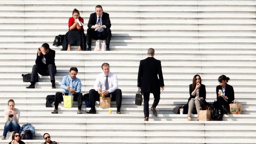 Arbeitswelt: Paris: Büroangestellte genießen die Sonne in der Mittagspause