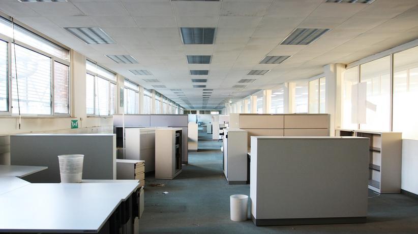 Gegen eine Versetzungen ins Großraumbüro oder ein Arbeitszimmer, das eher einer Besenkammer ähnelt, können sich leitende Angestellte in der Regel nicht arbeitsrechtlich wehren.