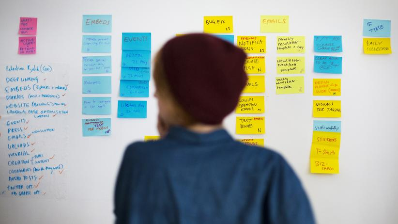 Soziologie: Teil der Generation Y? Eine digitale Arbeiterin sortiert in einem Co-Working-Büro in Berlin ihre Aufgabenliste.