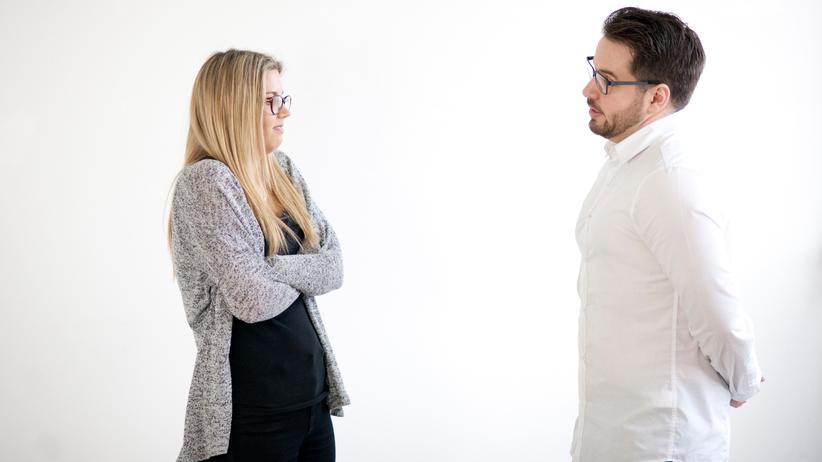 Wie ein verbaler Übergriff: Wenn Männer Frauen ungebeten Vorträge halten, obwohl sie gar kein Experte in einer Sache sind, nennt man das Mansplaining.