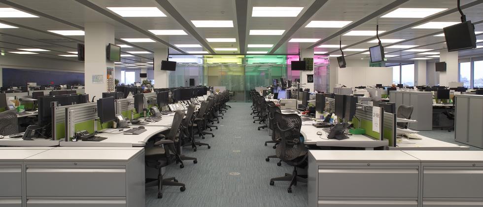 Moderne Bürolandschaft oder schädliche Arbeitsumgebung? Studien zeigen, dass Menschen in Großraumbüros häufiger an Stresserkrankungen leiden.