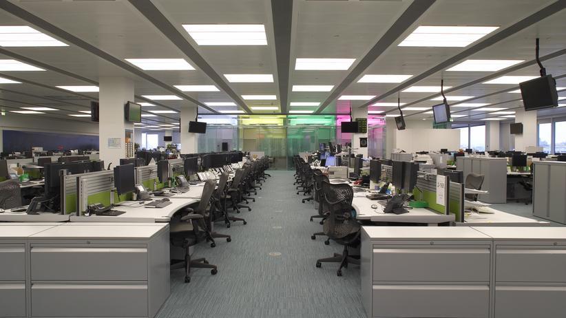 Großraumbüro: Moderne Bürolandschaft oder schädliche Arbeitsumgebung? Studien zeigen, dass Menschen in Großraumbüros häufiger an Stresserkrankungen leiden.