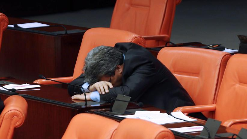 Leistungsdruck: Viele Führungskräfte stehen so stark unter Druck, dass sie zu Schlafmitteln greifen. Dabei setzen sich heute viele Top-Manager bewusster als früher mit dem Thema Schlaf auseinander. (Archivbild)
