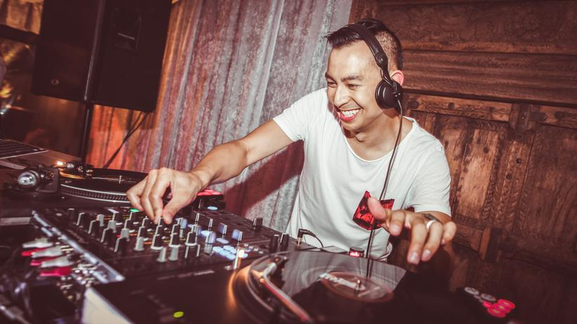 Jobwechsel: Dennis Tjoeng ist mit großer Leidenschaft DJ.