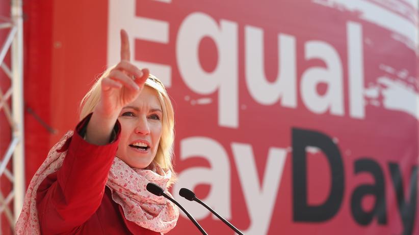 Lohngerechtigkeit: Familienministerin Manuela Schwesig beim Equal Pay Day am 20. März 2015 in Berlin. Frauen bekommen zumindest in größeren Unternehmen durch ihr Gesetz mehr Transparenz.