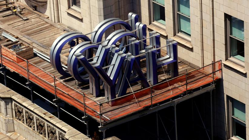 Ein Yahoo-Logo auf dem Dach eines Bürogebäudes in New York im Jahr 2016: Der Internetkonzern ist das jüngste Beispiel eines Vorzeigekonzerns, der binnen weniger Jahre einen Niedergang erlebt hat.