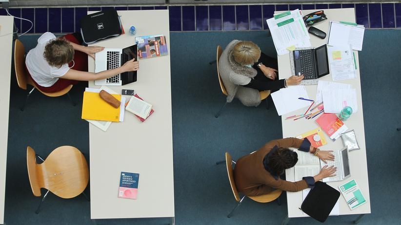 Studentinnen in einer Bibliothek der Freien Universität in Berlin