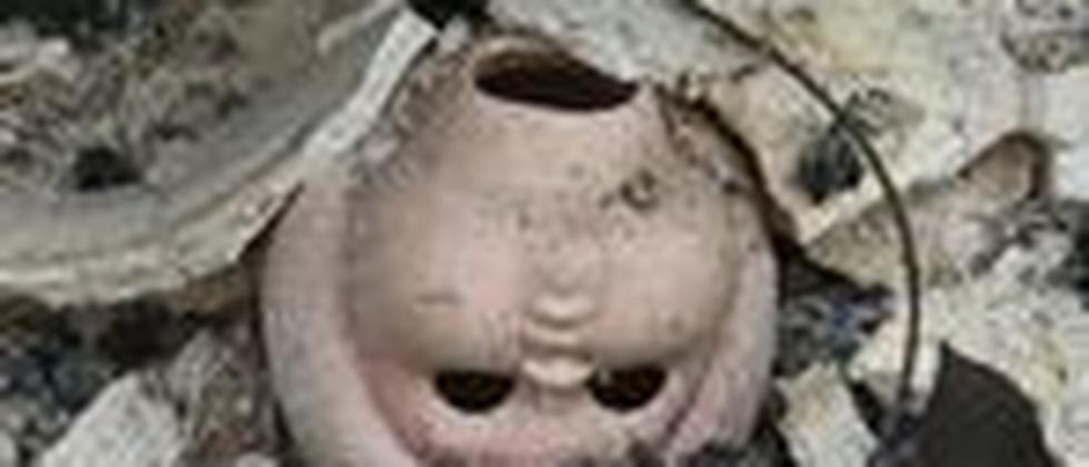 Wie eine tote, kopflose Puppe in abgebrannten Ruinen fühlen sich Menschen, die am Burn-out-Syndrom erkrankt sind