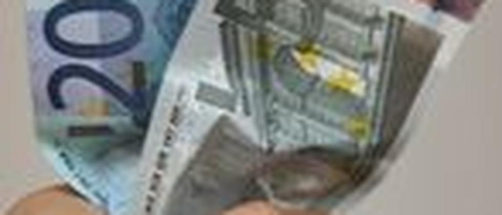 Faust mit Geldscheinen