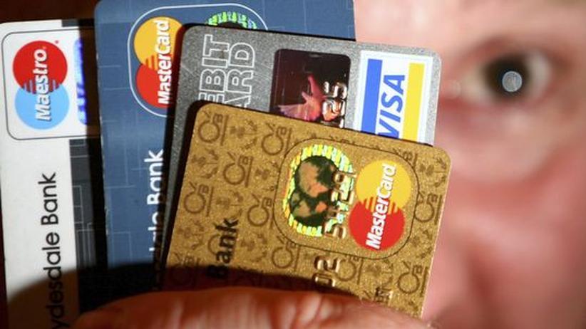 Mann mit vielen Kreditkarten