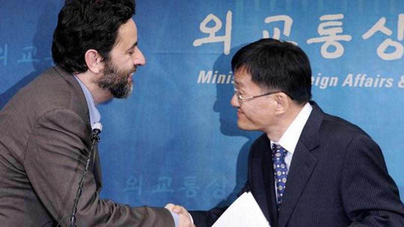 Sind schon verhandlungssicher: Der südkoreanische Handelsminister Kim Han-Soo und Ignacio Garcia Bercero, Direktor bilaterale Handelsbeziehungen bei der Europäischen Union schütteln sich bei einer Konferenz im jahr 2007 die Hände