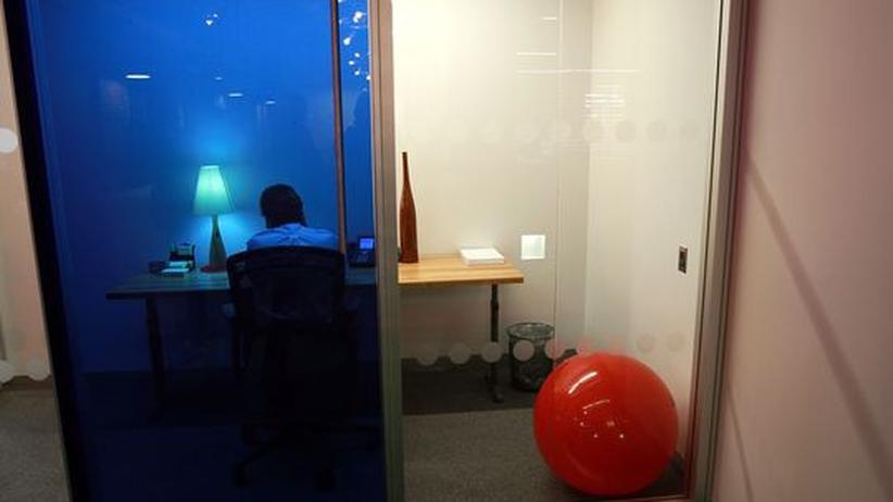 Ein Mitarbeiter von Google sitzt an seinem modernen Arbeitsplatz