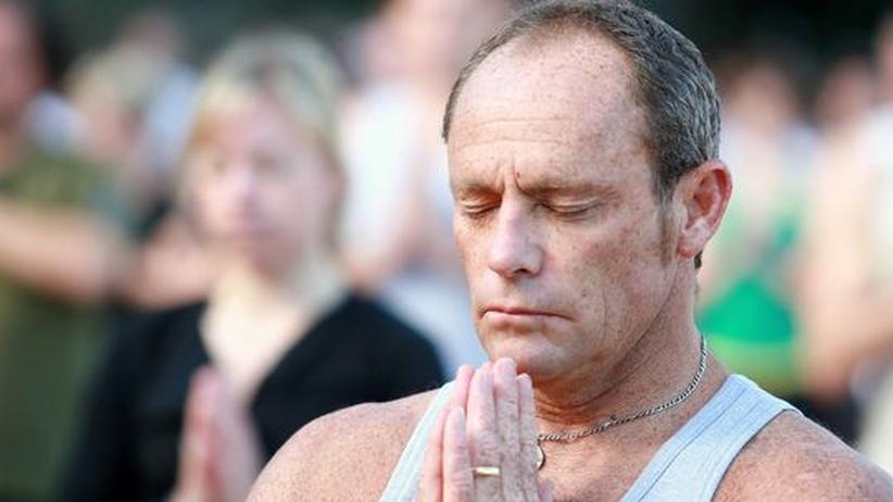 Ein Mann beim Yoga