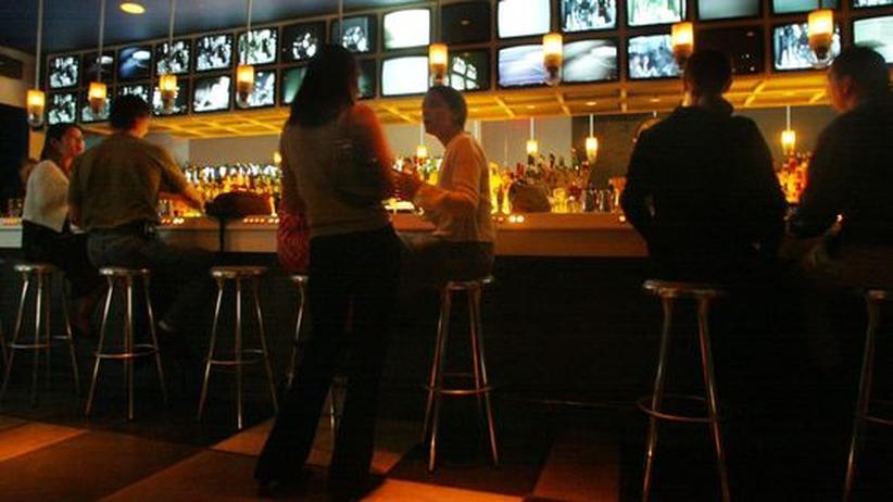 Nach der Arbeit noch auf einen Drink in eine Bar: Jeder dritte Arbeitnehmer versucht, Job und Privatleben strikt zu trennen