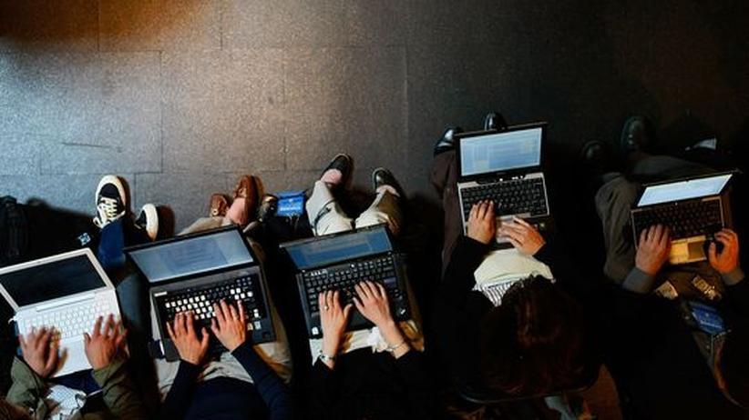 Junge Menschen arbeiten am Computer