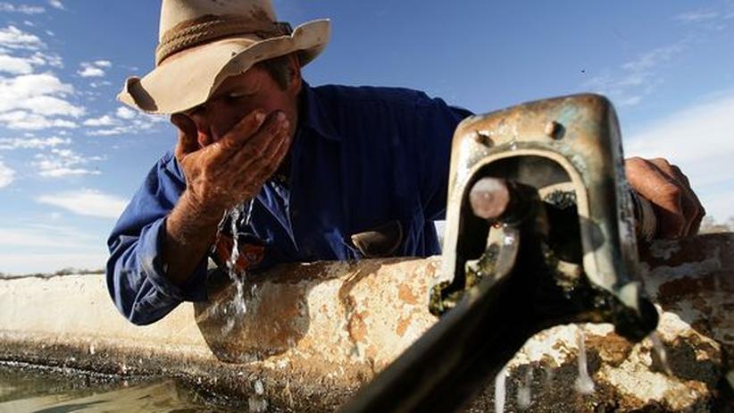 Ein australischer Farmer erfrischt sich: Wer bereit ist, im Outback zu arbeiten, bekommt leichter ein Arbeitsvisum
