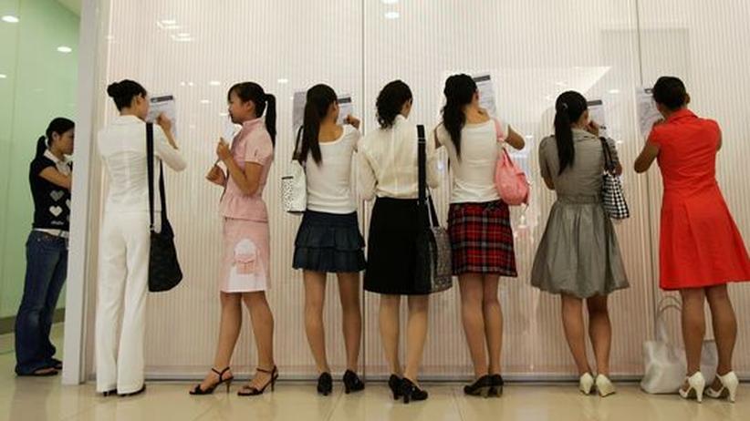 Frauen stehen bei einer Recruitingveranstaltung für Jobs bei einer Airline an