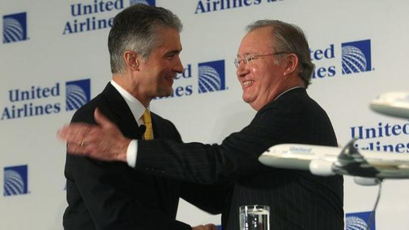 Glenn Tilton (r.), CEO bei United Airlines, schüttelt dem Anwalt Jeff Smisek die Hand: Der Jurist   wird die Airline ab Oktober führen