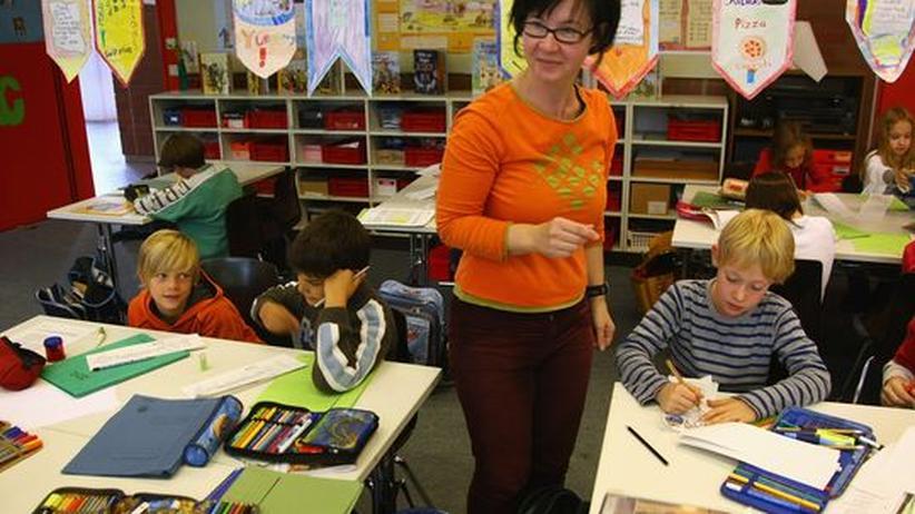 Eine Lehrerin beim Unterricht in der Klasse