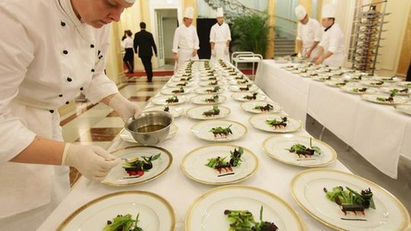 Köche bereiten das Essen für eine Veranstaltung vor