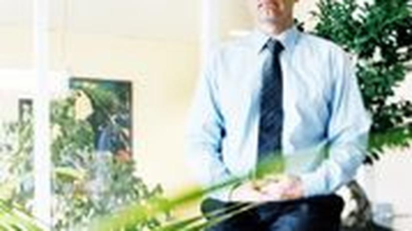 Der IT-Unternehmer Helmut Rümke beim Meditieren in seinem Büro