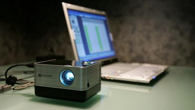 Bereit für eine Präsentation: ein Laptop mit angeschlossenem Beamer