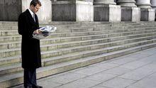 Ein Mann in London liest in seiner Pause Zeitung