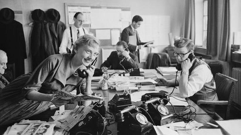 Historische Aufnahme aus dem Jahr 1954: Mitarbeiter in einem PR-Büro