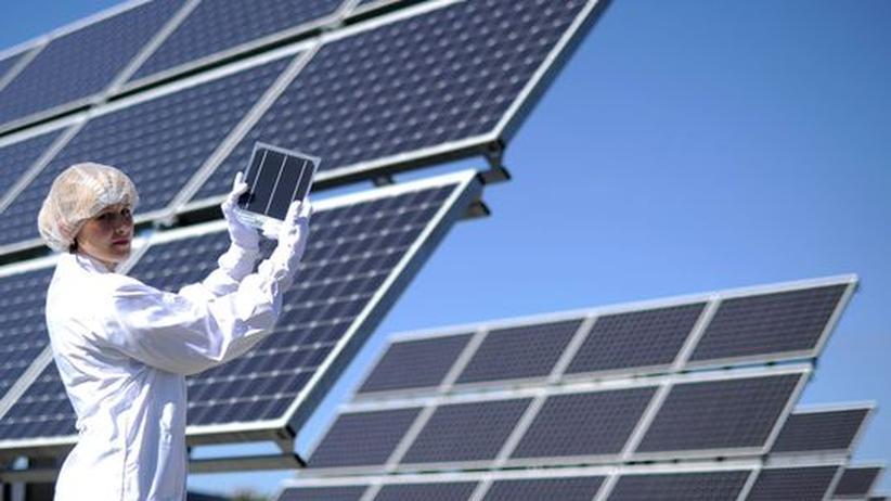 Eine Mitarbeiterin von Bosch Solar Energy prüft eine Solaranlage