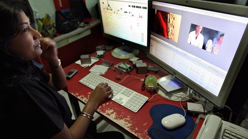 Filmeditorin bei der Montage eines Bollywood-Films