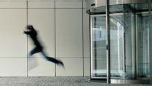 Mann flieht aus einem Büro
