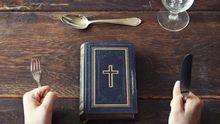 Bibel liegt auf einem Tisch