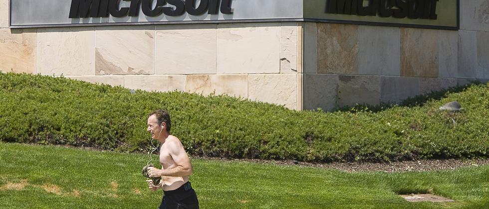 Ein Microsoft-Mitarbeiter geht in der Firmenzentrale in den USA in der Mittagspause auf dem Firmengelände joggen.
