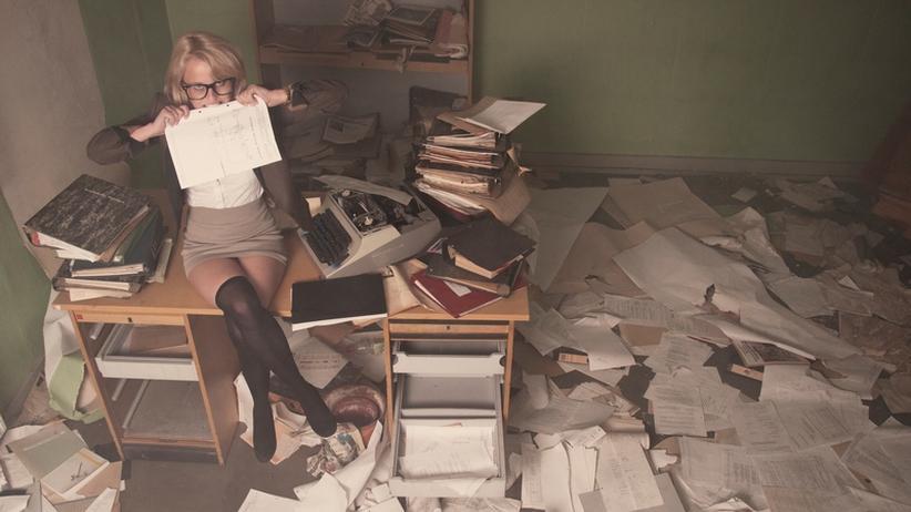 Frau in einem chaotischen Büro