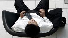 Ein Mitarbeiter macht Pause in einem Stuhl.
