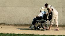 Pflegende Angehörige kümmert sich um ihre Eltern.