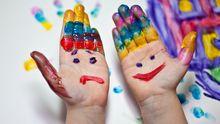 Hände, angemalt mit Fingerfarbe
