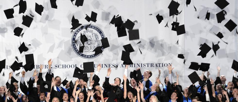 MBA-Absolventen bei einer Abschlussfeier in Hamburg