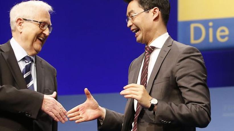 Die FDP-Politiker Rainer Brüderle und Philipp Rösler geben sich die Hand.