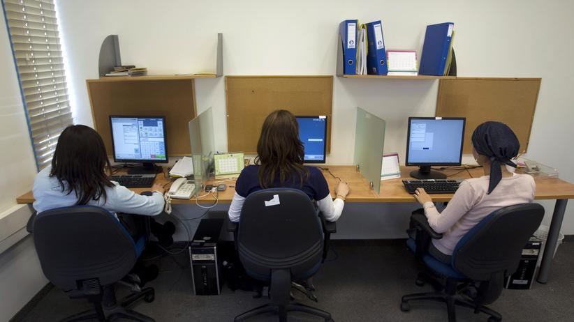 Ultraorthodox gläubige Mitarbeiterinnen arbeiten in ihrem Büro bei Matrix Global