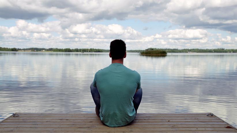 Ein junger Mann meditiert.