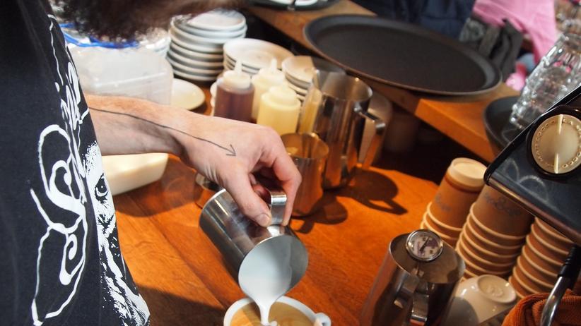 Barista im Café Elbgold in Hamburg